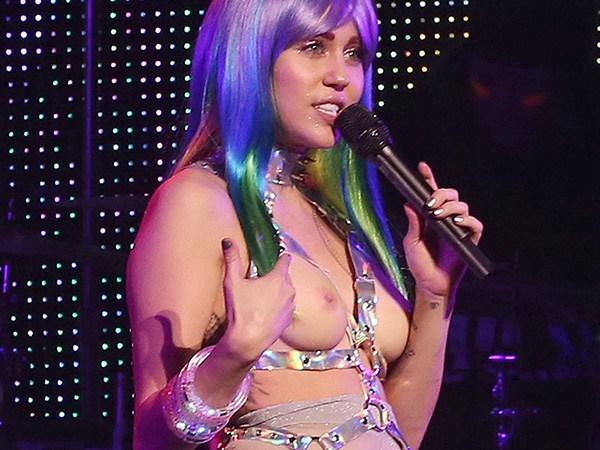 Miley Cirus faz show com seios e buceta de fora