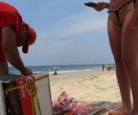 Esposa comprando sorvete com micro biquini na buceta na praia