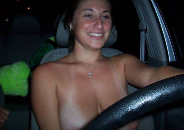 Peituda no carro pelada 3