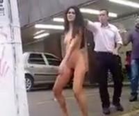 Menina fica pelada em frente a igreja Universal