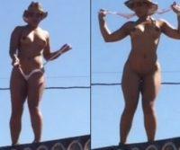 Mulher fica pelada no paredão de som dançando