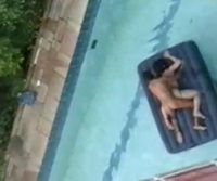 Pedreiro flagra casal fazendo sexo na piscina