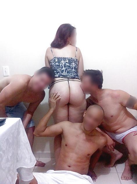 Esposagulosinha sendo puta de 3 machos na frente do marido 1