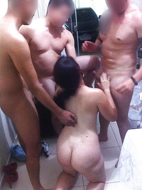 Esposagulosinha sendo puta de 3 machos na frente do marido 10
