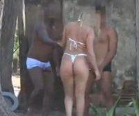 Corno filmando a esposa com dois amigos