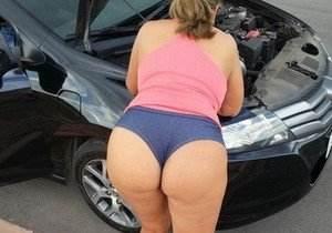 Morena rabuda gostosa mexendo no carro