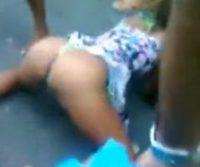 Morena drogada ficando pelada na rua