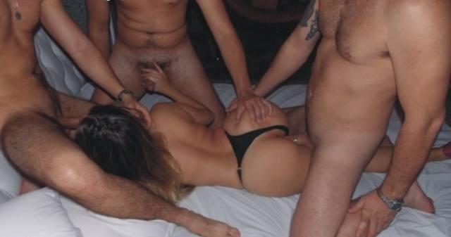 Corno liberando a esposa muito gostosa pra suruba 9