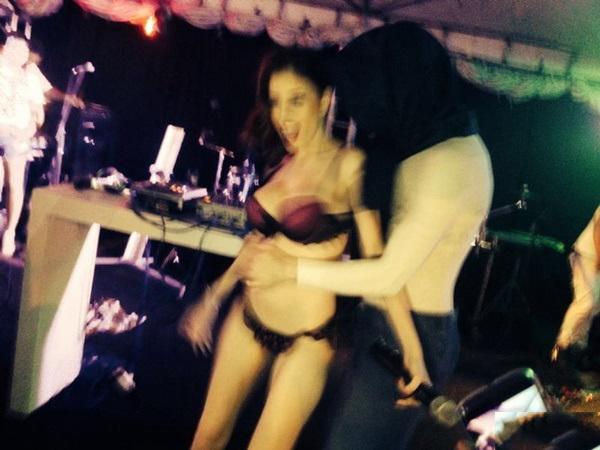 Fotos amadoras Camila Uckers semi nua em festinha 11