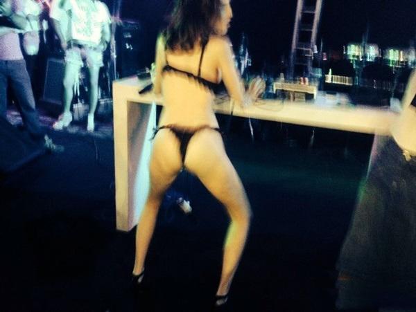 Fotos amadoras Camila Uckers semi nua em festinha 13