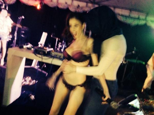 Fotos amadoras Camila Uckers semi nua em festinha 7