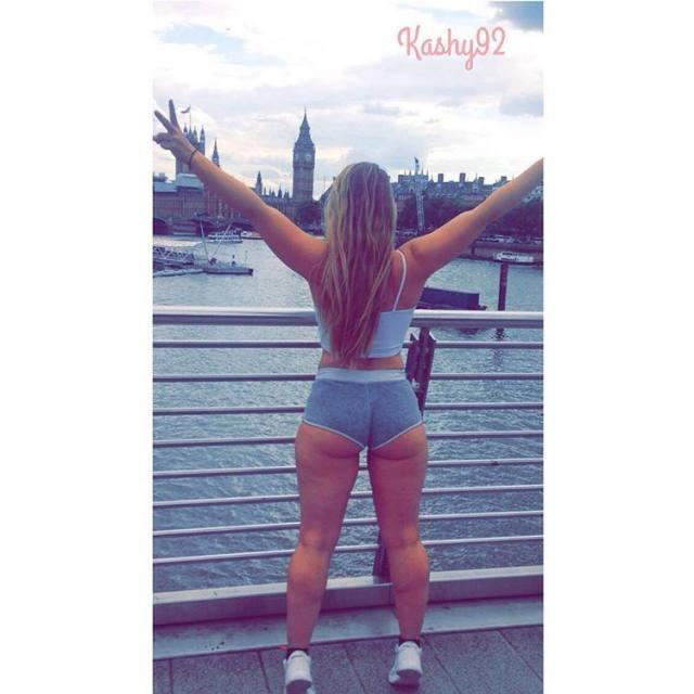 Rabuda loira andando na rua cavala Kasheen Whiteley nude 9