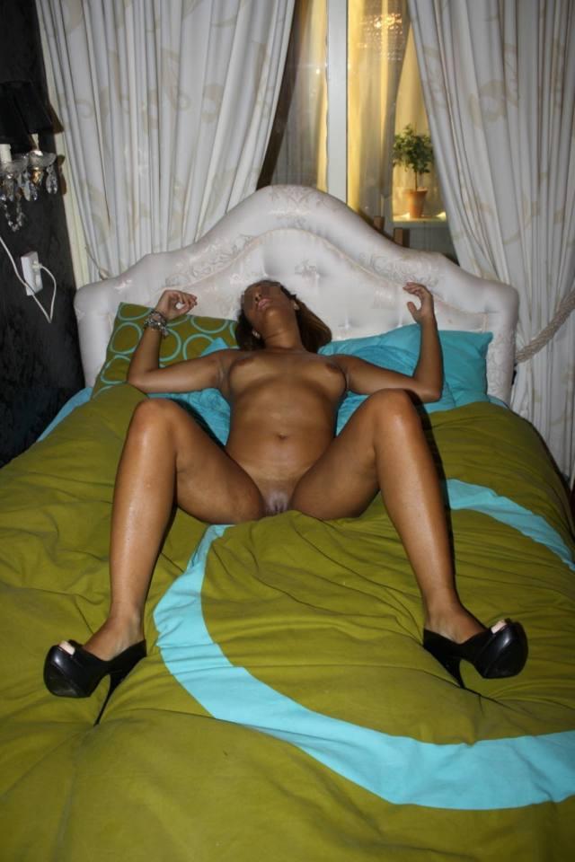 Mulata novinha abre as pernas e mostra a buceta 75
