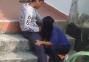 Flagrada pagando boquete na escada em publico