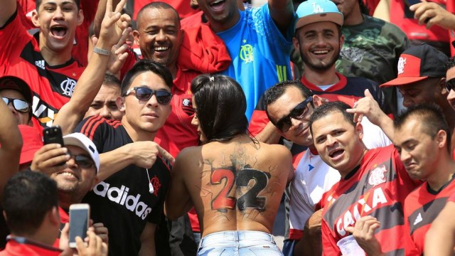 fotos-da-torcedora-do-flamengo-que-foi-pelada-para-o-estadio-4