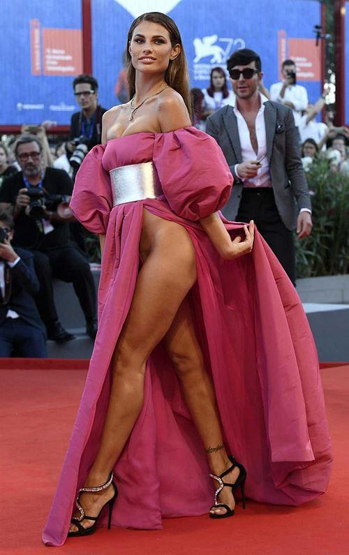 Modelos com roupas ousadas causaram no Festival de Veneza 2016 17