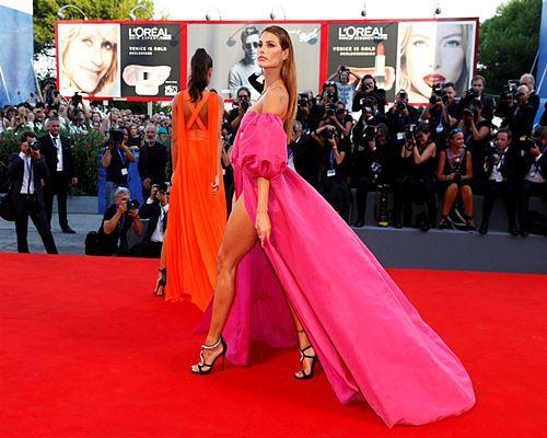 Modelos com roupas ousadas causaram no Festival de Veneza 2016 18
