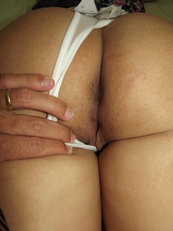 marido-exibindo-bunda-grande-e-gostosa-da-esposa-4