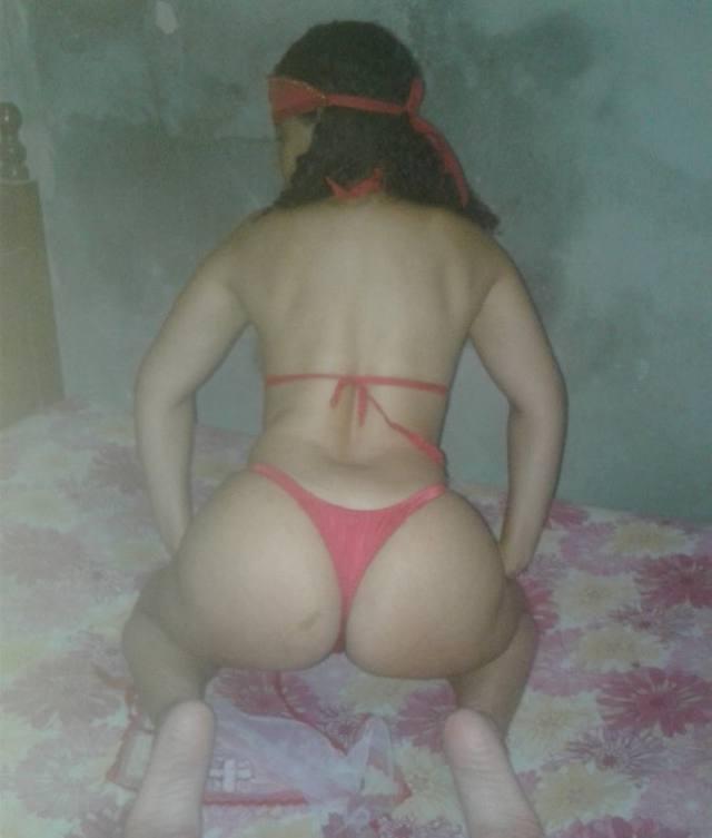 Dona de casa boazuda mostrando rabão empinado