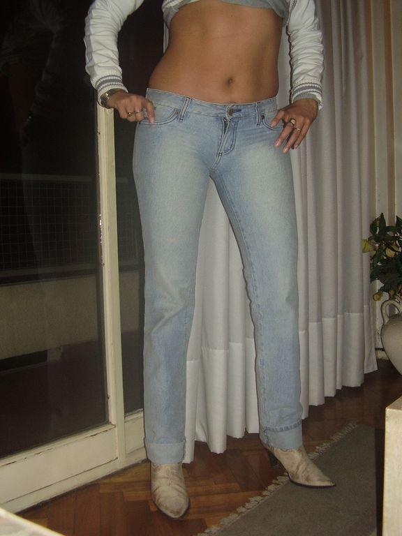 Morena rabuda de calça jeans