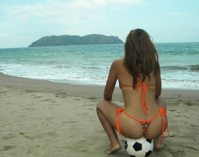 Tirando fotos da esposa gostosa pelada na praia