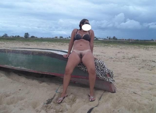 Coroa rabuda fazendo sexo na beira do lago