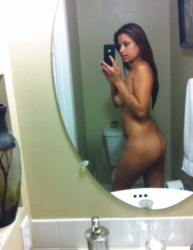 Ellenzinha tirando selfies nua no banheiro