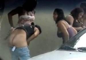 Mulheres flagradas bebadas mijando na rua no carnaval