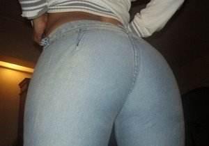 morena-rabuda-de-calca-jeans
