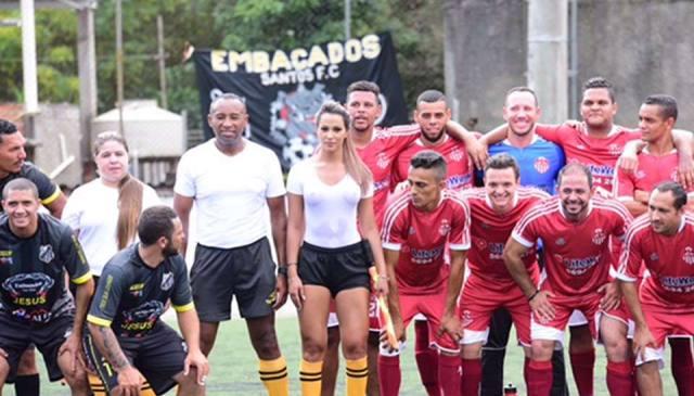 Bandeirinha Denise Bueno sem sutiã e com camiseta branca rouba a cena em jogo