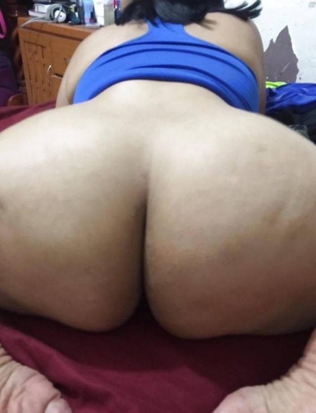 Tirando fotos intimas da bunda deliciosa da esposa