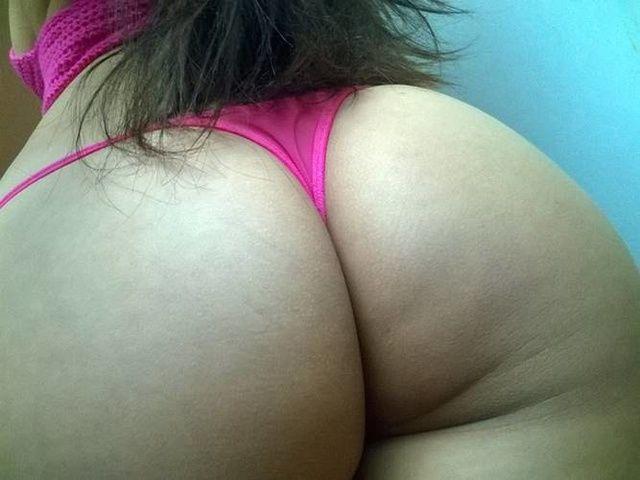 Morena muito gostosa exibindo seu belo corpo calcinha rosa