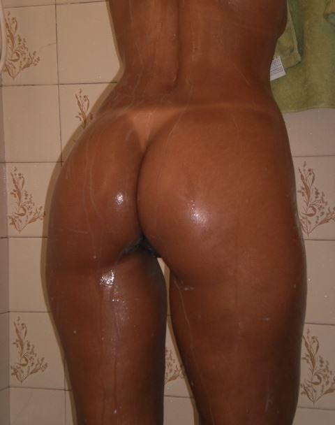 Mulata Deliciosa lavando seu rabão no banho 1