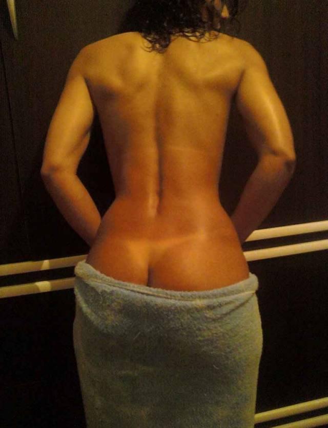Mulata Deliciosa lavando seu rabão no banho 15