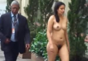 Mulher andando pelada no shopping total em Porto Alegre