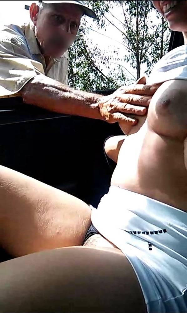 Safadinha mostrando os peitos na cam