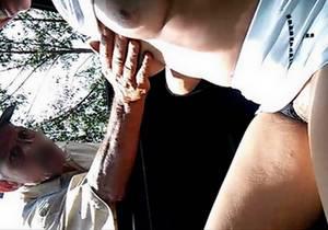 Mostrando a buceta e batendo punheta para o tiozinho