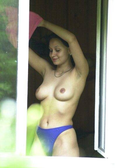 Vizinha gostosa flagrada trocando a roupa na janela 6