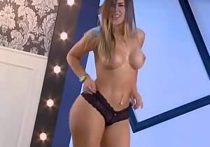 Colombiana fica pelada em programa de TV