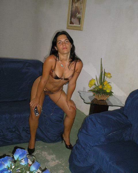 Morena amadora se exibindo pelada em casa 11