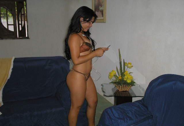 Morena amadora se exibindo pelada em casa 16