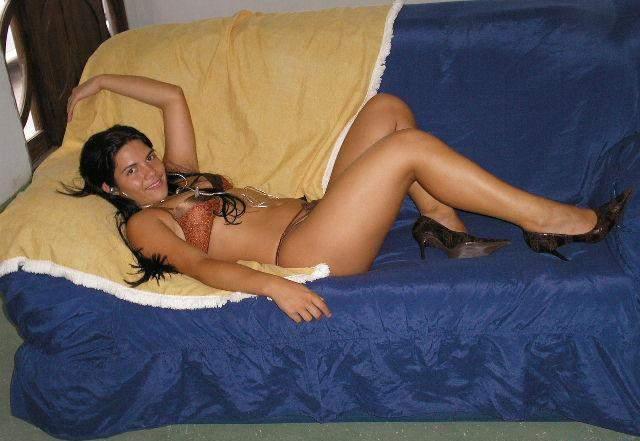 Morena amadora se exibindo pelada em casa 2