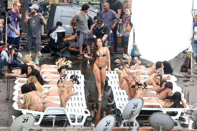 Fotos da Anitta pelada em gravação no seu novo clip na favela no morro do Vidigal 10