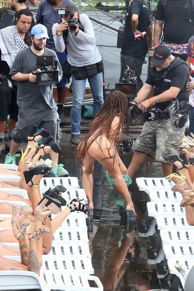 Fotos da Anitta pelada em gravação no seu novo clip na favela no morro do Vidigal 11