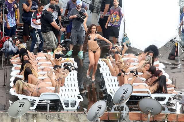 Fotos da Anitta pelada em gravação no seu novo clip na favela no morro do Vidigal 12