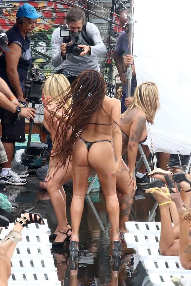 Fotos da Anitta pelada em gravação no seu novo clip na favela no morro do Vidigal 13