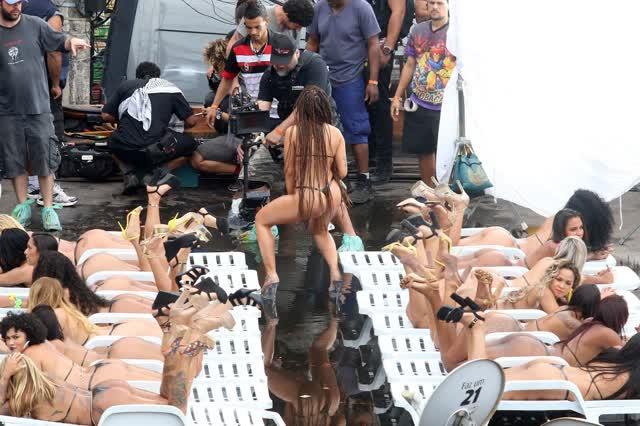 Fotos da Anitta pelada em gravação no seu novo clip na favela no morro do Vidigal 14