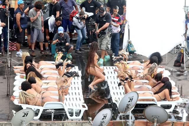 Fotos da Anitta pelada em gravação no seu novo clip na favela no morro do Vidigal 15