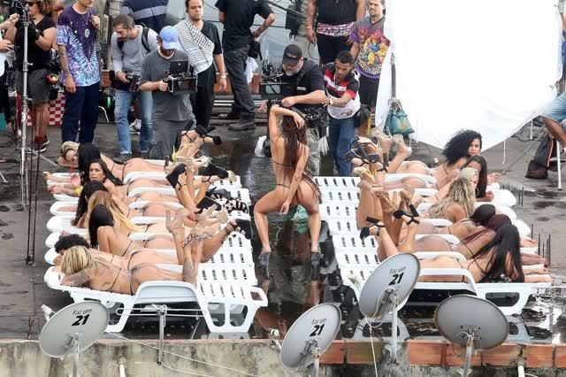 Fotos da Anitta pelada em gravação no seu novo clip na favela no morro do Vidigal 16