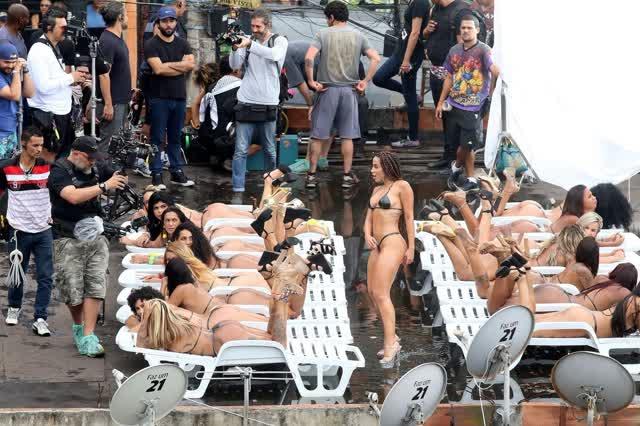 Fotos da Anitta pelada em gravação no seu novo clip na favela no morro do Vidigal 17